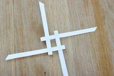 die Streifen verweben, verriegeln und ein Quadrat bilden