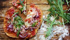 Kleine Low Carb-Pizza mit Kochschinken und Rucola
