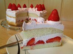 Vegane Erdbeersahnetorte - lockerer Biskuit mit feiner Sahnecreme und frischen Erdbeeren