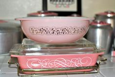vintage Pyrex mint Duchess bowl and pink scrolls space saver with holder. Wow, must find the top one! Vintage Kitchenware, Vintage Dishes, Vintage Glassware, Vintage Pyrex, Antique Dishes, Vintage Tins, Kitsch, Pyrex Display, Rare Pyrex