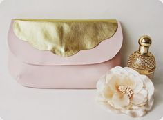 Pochette en cuir rose poudré et or d'après le patron de la Maison Victor