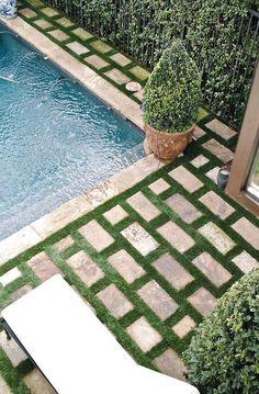 Gosta deste visual mas sabe como é chato cortar e manter o gramado nestes meios,além de sujar sempre a piscina ...então use grama sintética tem modelos bem reais.