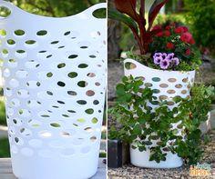 Uma ideia para copiar: um cesto de lavanderia reaproveitado para cultivo de flores e morangos. Não se esqueça de fazer um furo na parte debaixo para facilitar a drenagem, além de acrescentar, seixos ou pedras no centro e no fundo. :D
