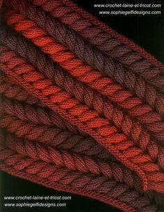 Echarpe torsade magique réalisée avec la laine 294e406 disponible sur www.crochet-laine-et-tricot.com