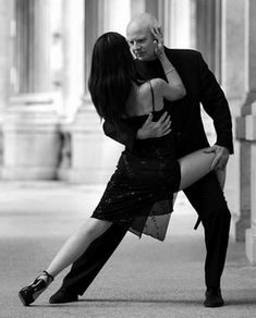 Dance a true tango on argentinian streets