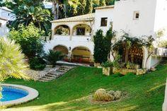 ALICANTE, JÁVEA. Alquiler de Villa en la urbanización El Tosalet. Casa de 200 m² más 100 m² de terrazas y ubicadas sobre dos amplísimas parcelas frente a un jardín y bosque. Dispone de 4 dormitorios, 3 baños, amplio salón, cocina, dos nayas, #piscina, mesa de #PingPong y una #barbacoa con muebles de piedra artificial. A 5 minutos en coche de la #PlayaDelPortichol, a 10 min de la #PlayaDelArenal y a 15 min de la #PlayaDeLaGranadella.  #CasaConMesaDePingPong    #Jávea #Alicante