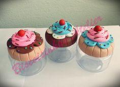 Lindos potinhos decorados em biscuit, serve como lembrancinha para diversos tipos de ocasiões ou para enfeitar sua cozinha como porta-condimentos.