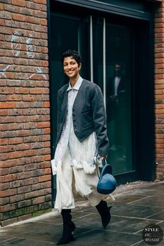 Yasmin Sewell between the trend exhibits. The submit London SS 2020 Street Style: Yasmin Sewell appeared first on STYLE DU MONDE Fall Winter Outfits, Autumn Winter Fashion, Winter Style, Street Fashion Show, Street Looks, Fall Capsule Wardrobe, Style And Grace, Street Chic, Fashion Photo