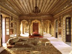 Rajasthan Visit provides you information about City Palace of Jaipur. The vast palace complex divided into a series of courtyards, sprawling gardens and buildings. An imposing blend of traditional Rajasthan and Mughal architecture. City Palace Jaipur, North India Tour, Mughal Architecture, Ancient Architecture, Palace Interior, Room Interior, Château Fort, Beautiful Buildings, Incredible India