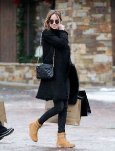 Dakota Johnson wears a black coat, fur stole, Chanel bag, skinny jeans, & Timberland boots. Timberland Outfits, Timberland Stiefel Outfit, Timberland Snow Boots, Estilo Dakota Johnson, Dakota Johnson Stil, Timberland Waterproof Boots, Yellow Boots, Moda Casual, Winter Mode