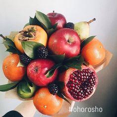порезать все красное и желтое оранжевое - почистить и тоже порезать из зеленого круглого выдавить сок и залить все порезанное а черное сразу в рот! #ohorosho