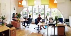 KÖZÖSSÉGI IRODÁK, MUNKAERŐPIAC Egyre népszerűbb a coworking, az elmúlt években folyamatosan bővül a közösségi irodák száma Budapesten. Nem véletlenül nő a piac, ugyanis egyre több szabadúszó, önálló- vagy távmunkát végző dönt az otthoni munka helyett a coworking mellett, hiszen az inspiráló közösség, a kreatív környezet, a rugalmas munkarend mind-mind a hatékonyságot, a produktivitást segíti elő. ...