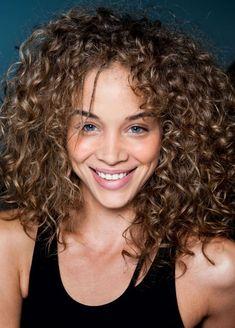 Uzun kıvırcık saçlıların bilmesi gereken saç modelleri