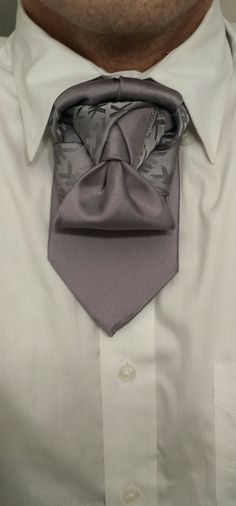 The Fish Tail Ascot (By Boris Mocka AKA The Jugger Knot) I would wear this on with an open shirt Necktie Knots, Scarf Knots, Tie The Knots, Tie Knot Styles, Fish Tail, Cool Ties, Tie Shoes, Wardrobe Basics, Neckties