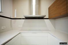 No todas las cocinas son fáciles, esta misma es un reto por lo estrecha que es. Aprovechamos la luz natural, e intentar no abusar de muebles colgantes.  #cocinas #estilo #calidad #diseño #reformas  #muebles de cocina #cocinas modernas #cocinas en alicante #reforma de interiores #reforma