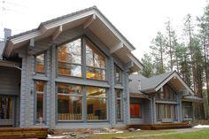 Фасад серого цвета в шале стиле с большими окнами