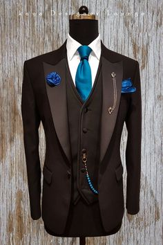 possibly cardinal/primary red instead. Mens Fashion Blazer, Suit Fashion, Sharp Dressed Man, Well Dressed Men, Mens Attire, Mens Suits, Wedding Men, Wedding Suits, Terno Slim Fit