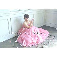 「プレミアムフォトウェディングの @strawberrypictures_wedding の#撮影風景✨ スタッフのデジカメでここまで可愛く撮れました。某有名女性誌の人気フォトグラファーによる写真の完成が楽しみです^_^ とにかくふんわり大人可愛く撮っていただきました♥︎…」