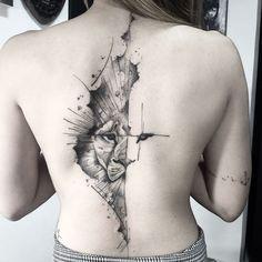 Tatuagem feita por Lucas Martinelli de São Paulo. Metade do rosto de um leão nas costas em blackwork.