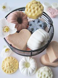Soap making guide with recipes and advice to avoid most common mistakes Diy Beauty Cream, Diy Savon, Soap Shop, Soap Maker, Homemade Beauty Products, Home Made Soap, Natural Cosmetics, Handmade Soaps, Diy Organisation