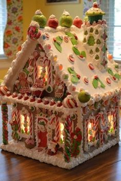 49 Delicious Gingerbread Christmas Home Decoration Ideas - About-Ruth Gingerbread House Designs, Gingerbread House Parties, Christmas Gingerbread House, Christmas Sweets, Christmas Goodies, Christmas Baking, All Things Christmas, Christmas Home, Christmas Decorations