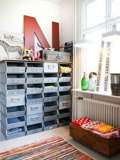 grote metalen bakken stapelbare industriële kisten leuk voor een jongenskamer - (re)pinned by : www.leuke-kinderkamer.nl