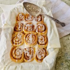 Rollos de canela - Hora del té - Irene Mercadal Mini Gourmet Brioche Russe, Cinammon Rolls, Dessert Recipes, Desserts, Dessert Ideas, Food Hacks, Chocolate Chip Cookies, Sweet Recipes, Brownies