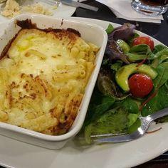 """Andei pra caramba hoje é resolvi almoçar aqui no centro de Belfast na @marksandspencer.  Uma senhorinha com 300 anos de idade sentada à minha frente  jogou o celular dentro da bolsa (me parecia um iPhone) bufou forte e de repente viu que eu estava olhando. Exclamou: """"Eu simplesmente não consigo lidar com falta de conexão de internet! Resolvo toda a minha vida pelo mobile! """"  Tamo junta vovó.  #lunchtime #horadoalmoço #instafood #instafoodie #Belfast #IrlandadoNorte #NorthernIreland…"""