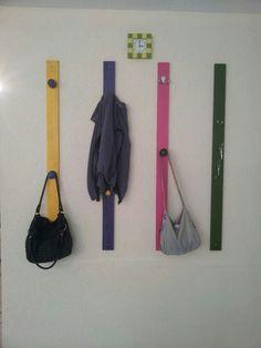 Tablas pintadas y perillas para hacer un perchero de pared y un llavero