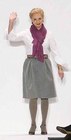 """""""Nacida en Venezuela, Carolina Herrera empezó a diseñar ropa… simple pero extravagante a los 30. En el 2009… gano un premio por su trayectoria. Hoy en día, sus diseños son los favoritos de muchas celebridades."""""""