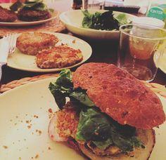 Burger di legumi con pane nero ai 7 cereali...all home Made ...melanzane del mio orto,spinacino,senape in grani e....marmellata di cipolle sempre home Made! Buon appetito ❤️