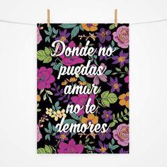 De fundo preto e estampa floral, esse pôster tráz a celebre frase de Frida Kahlo em tipografia cursiva, dando ainda mais feminilidade a arte. Todos os nossos pôsteres são confeccionados em papel couchê fosco 170g. Eles são enviados em tubo postal rigido para proteger e preservar seu pôster! Não acompanha moldura.