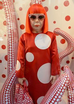 Love the different perspectives you get with the different sized polka dots. 83 year old Japanese artist Yayoi Kusama Yayoi Kusama, Collage Kunst, Collage Sculpture, Painting Collage, Christmas Style, Tomie Ohtake, Psychedelic Colors, Feminist Art, Advanced Style