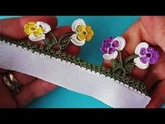 Yeni Çiçekli Tığ Oyası Örneği - Mimuu.com Crochet Flower Tutorial, Crochet Flowers, Crochet Borders, Crochet Stitches, Baby Knitting Patterns, Crochet Patterns, Saree Tassels, Needle Tatting, Creative Embroidery