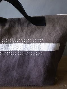 Yummy crinkly linen with excellent detail including that dark handle. Sacs Tote Bags, Make Do And Mend, Sashiko Embroidery, Linen Bag, Denim Bag, Fabric Bags, Quilted Bag, Market Bag, Handmade Bags