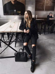 Trendy lässiges Outfit in ganz Schwarz. Looks Street Style, Looks Style, Look Fashion, Fashion Outfits, Fashion Trends, Fashion Mode, All Black Fashion, Fashion News, Womens Fashion