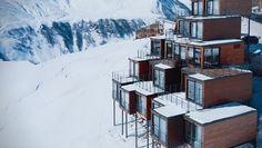 Situado en la estación de esquí de Gudauri, en Georgia, el alojamiento está levantado en forma de pirámide respetando el medioambiente