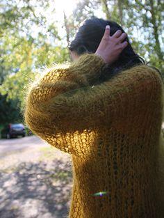 Feminin oversized genser med v-hals og luftige masker. Denne strikkes skikkelig kjapt, og kan flyttes rett inn i.