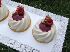 VÍKENDOVÉ PEČENÍ: Nepečený cheesecake s malinami Cheesecake, Mini Desserts, Muffins, Cupcakes, Food, Sugar, Muffin, Cupcake Cakes, Cheesecakes
