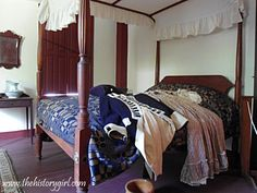 Late The Nathanael Greene Homestead in Coventry, RI. Colonial Bedroom, Colonial Furniture, Prim Decor, Country Decor, American Bedroom, Poster Beds, Colonial Decorating, Primitive Living Room, Antique Beds