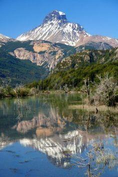 Riflessione del monte Cerro Castillo visto da Carretera Austral sud del Chile