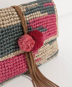 Clucht (cartera de mano) a crochet, con rafia y adornado con ante o piel y pompones en el cierre