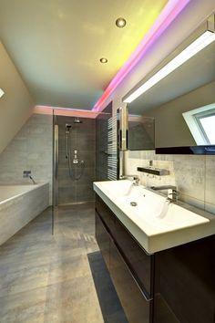 salle-bains-moderne-éclairage-rose-miroir-LED-meuble-vasque-bois