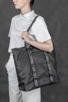 Water Resistant Backpacks & Bags are the best to help you get away from otherwise clumsy situations. Chain Tote Dry with minimalist design also allows you to look smart, no matter going to work or college. Streetwear, Daisy Chain, Backpack Bags, Tote Bags, My Bags, Shoulder Strap, Mens Fashion, Macbook Pro, Leather