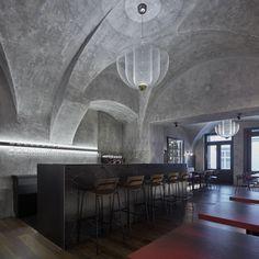 Gegen Ende des letzten Jahres wurde in Prag nach den Plänen von Studio Formafatal, in einem alten Stadthaus ein gemütlicher und einladender Platz für das Testen guter Weine eröffnet. Das Gebäude in der Prager Altstadt ist renoviert und auf der Fassade sind noch Reste der ehemaligen Sgraffiti der Renaissancezeit zu sehen. So wirkt auch der Name des Lokals ganz authentisch: Autentista Wine Bar.    Foto: BoysPlayNice Bar Interior, Interior Concept, Interior Design, Cement Texture, Patina Color, Pubs And Restaurants, Lokal, Luz Led, Cozy Place