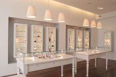 ► 12 DIY Display Cases Ideas Which Make Your Stuff More Presentable vitrines de bijoux uniques Jewelry Store Displays, Jewellery Shop Design, Jewellery Showroom, Jewellery Storage, Jewellery Display, Jewelry Shop, Jewelry Stores, Unique Jewelry, Jewelry Holder