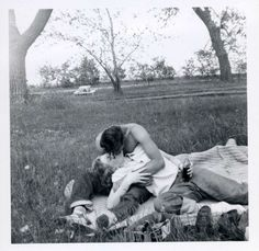 Vintage couples in love. So sweet. Vintage Romance, Vintage Love, Vintage Kiss, Vintage Couples, Cute Couples, Old Fashioned Love, The Love Club, Photo Couple, Old Love