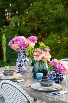 Tips and ideas to mix and match what you may already have or can find inexpensively for an easy outdoor summer table setting that is chic, beautiful and unique! #tablesettings #tabledecorations #tablescapes #tablecenterpiece #summertablesettings #tablesettingideas