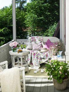 deco balcon, vintage style, couverture blanche à motifs floraux, bouquet de fleurs rose