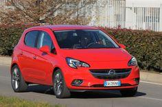 Su strada la Opel Corsa è efficace e precisa, e permette di sfruttare in tutta sicurezza i 116 CV del nuovo 1.0 a tre cilindri turbo a benzina. La Cosmo non è a buon mercato, ma offre di serie anche i fari bixeno.